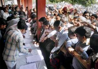 Election officers at a distribution centre to receive EVMs- India Tv