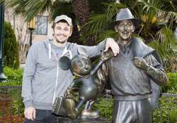 14 hilarious clicks with statues