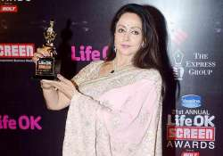 hema malini gets emotional after receiving lifetime