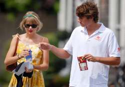 swift writes love notes to beau