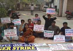 tamil protesters sit on hunger strike in delhi against