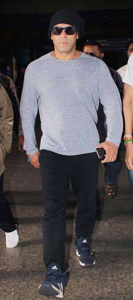 Several B-town stars were spotted at Mumbai airport on Tuesday. Our Dabangg hero Salman Khan looked super stylish yet comfortable in a casual attire.
