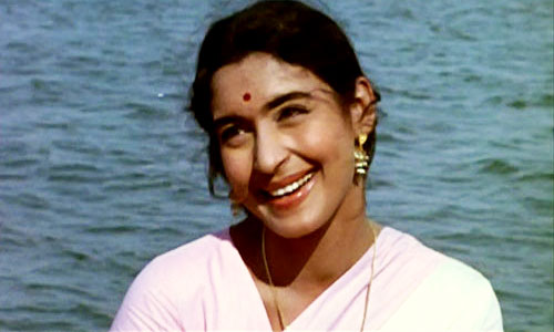 4th June 2017 marks the 81st birthday of the legendary actress Nutan. She was born to Bollywood actress Shobhna Samarth. Her Bollywood career extended for more than 4 decades with more than 70 films in her bag. She was considered to be one of the finest actresses Indian cinema has ever seen. In 1974, she was awarded with the prestigious Padma Shri award by the Government of India. On her 81st birthday, let's rekindle some memories of golden era of cinema with these throwback pictures.