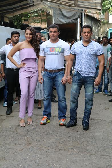 The Khan brothers Salman Khan and Sohail Khan appeared on the sets of celebrity couple dance show Nach Baliye 8 to promote their upcoming film Tubelight