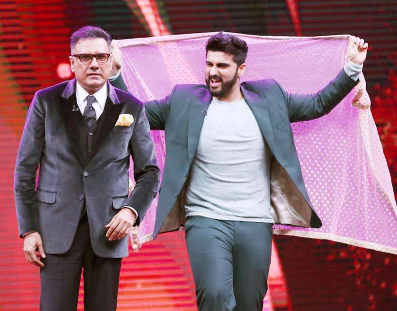 Actor Arjun Kapoor, who is gearing up for the release of his upcoming film Mubarakan, recently appeared on the sets of Sabse Bada Kalakar and shakes a leg with Boman Irani. Both of them gave modern twist to Madhuri Dixit's popular song Dhak Dhak Karne Laga. These pictures will leave you in splits.