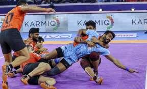 Players of U Mumba (Orange) and Bengal Warriors (Blue) in